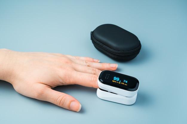 Misurazione dell'impulso del livello di ossigeno mediante un ossimetro sulla mano di una persona