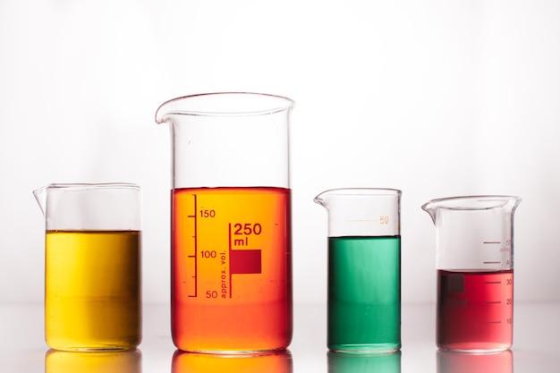 Misurino con liquidi colorati su un bianco
