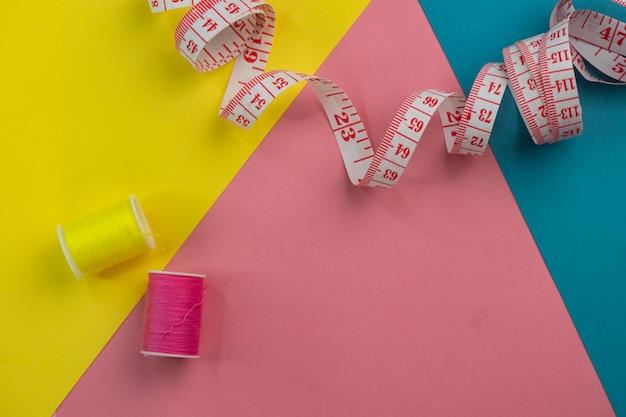 Misura centimetro rosa su uno sfondo colorato luminoso