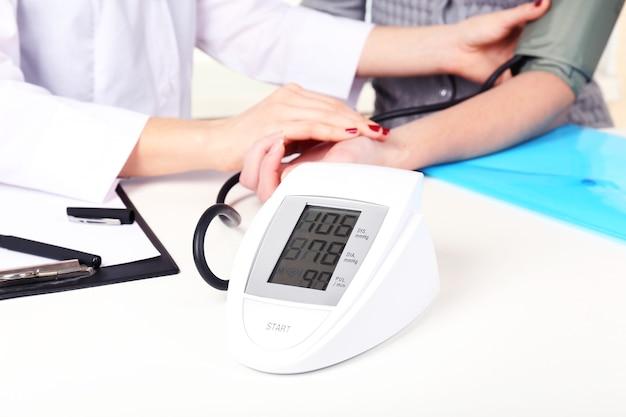 Misurazione della pressione del paziente in primo piano dell'ospedale