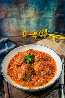 Polpette di carne o polpettone con salsa di pomodoro in un piatto rotondo. vista dall'alto
