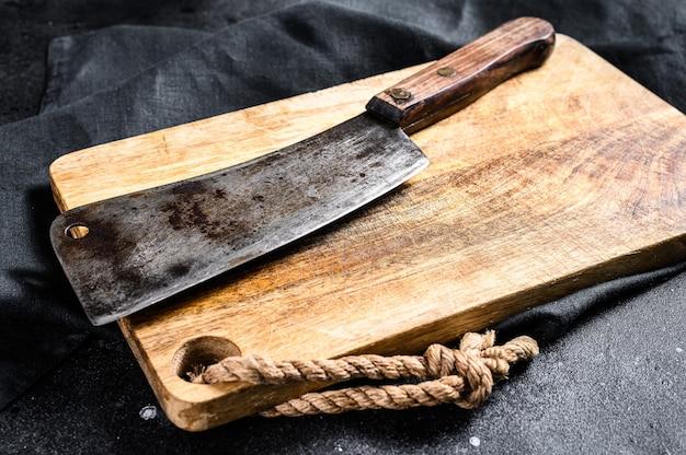 Mannaia di carne sul vecchio tagliere di legno graffiato