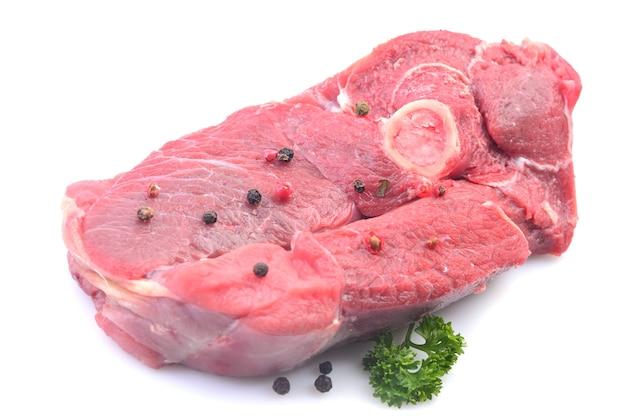 Carne di agnello su uno sfondo bianco Foto Premium
