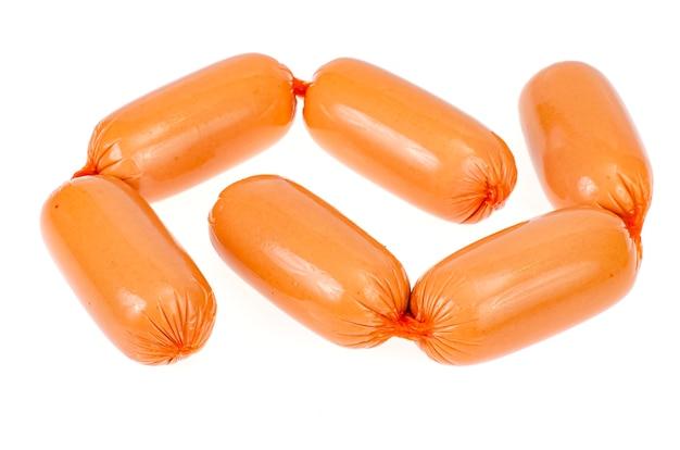 Salsicce di carne in involucro di poliammide isolato su sfondo bianco.