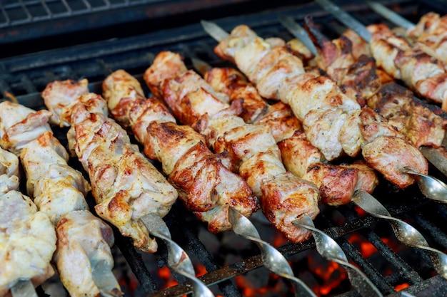 La carne sugli spiedini è grigliata con carbone ardente.
