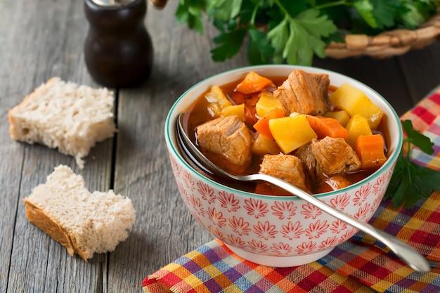 Zuppa di carne estofado con patate, carote e condimenti