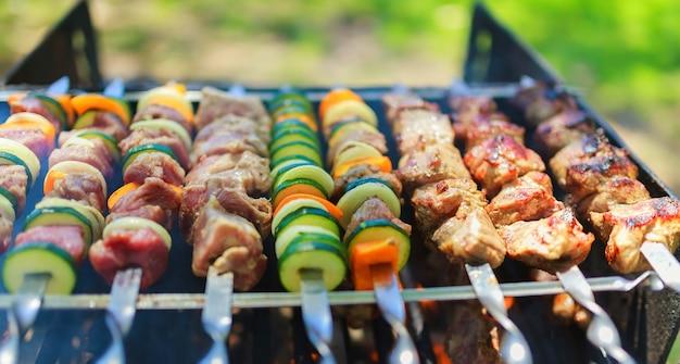 Spiedini di carne e verdure alla brace in natura