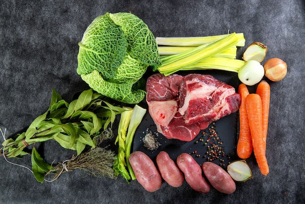 Carne e verdure per la preparazione del francese al pote
