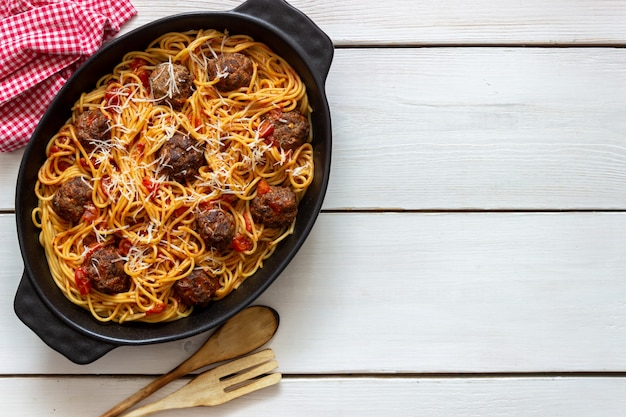 Polpette con spaghetti, salsa di pomodoro e parmigiano. cucina italiana.