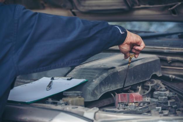 Garage auto di servizio auto meccanico nel centro mobile automobilistico. officina tecnica riparazione motore autoveicoli servizio attività di ingegneria meccanica. il meccanico automobilistico passa la tecnica di riparazione dell'auto