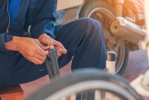 Garage auto meccanico di servizio auto nel centro mobile automobilistico. officina tecnica riparazione motore autoveicoli servizio attività di ingegneria meccanica. il meccanico automobilistico passa la tecnica di riparazione dell'auto