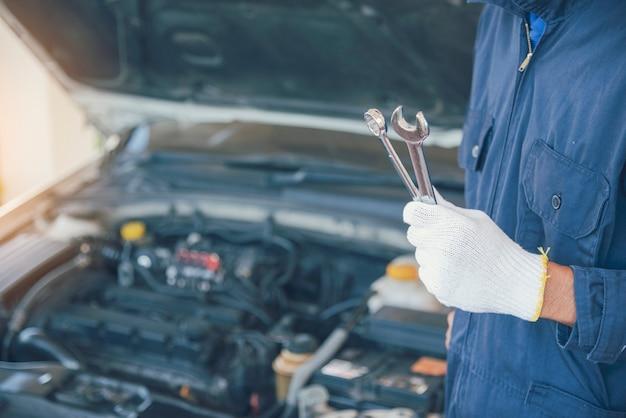 Mechanic car service in garage automobilistico auto auto e veicoli servizio ingegneria meccanica. il meccanico dell'automobile passa il centro dell'officina del tecnico automobilistico per le riparazioni dell'auto. servizi macchina motore auto