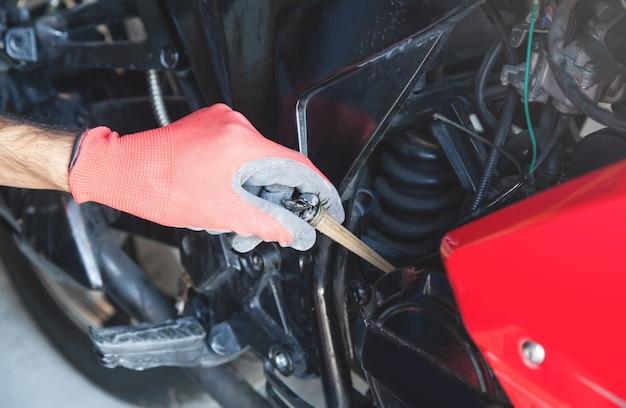 Controllo meccanico del livello dell'olio motore della motocicletta.