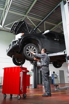 Meccanico che fa servizio di manutenzione dell'auto