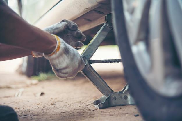 Meccanico uomo auto servizio riparazione automobile garage autocar veicoli servizio meccanico uomo ingegneria. meccanico dell'automobile da vicino le mani che fissano le riparazioni dell'auto. centro officina tecnico meccanico