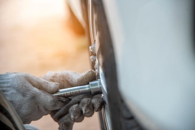 Meccanico uomo auto servizio riparazione automobile garage autocar veicoli servizio meccanico uomo ingegneria.