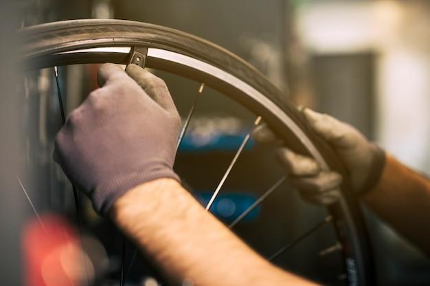 Meccanico che ripara una bicicletta Foto Premium