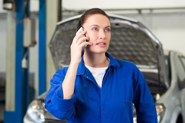 Meccanico parlando al telefono