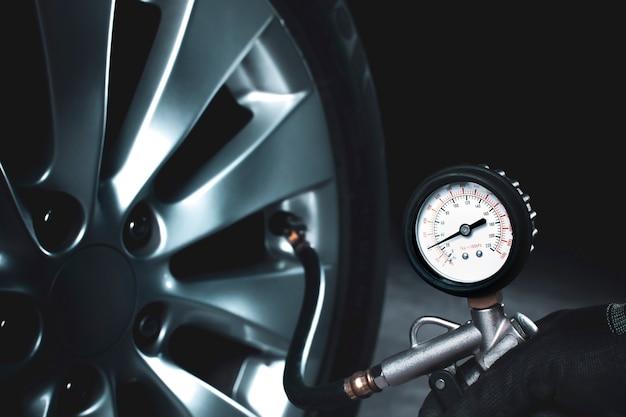 Controllo meccanico della pressione dei pneumatici con manometro