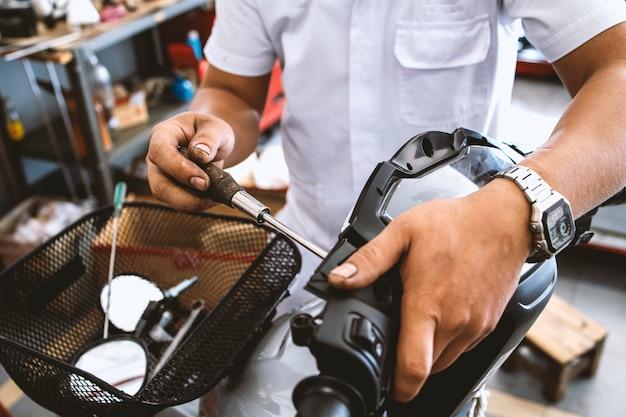 Manutenzione moto da meccanico funzionante