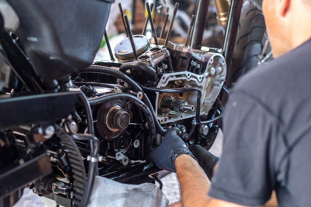 Meccanico che lavora sulla riparazione di una moto in officina