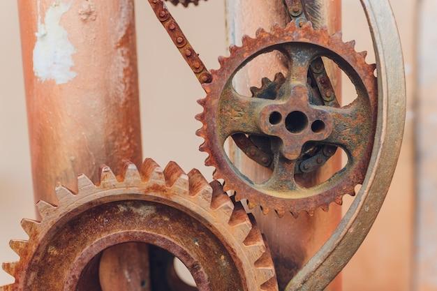 Collage meccanico fatto di ruggine di ingranaggi di un orologio.