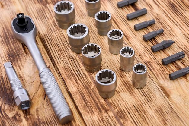 Utensili meccanici sulla tavola di legno si chiuda