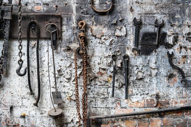 Officina meccanica alla vecchia fabbrica abbandonata. vecchi strumenti arrugginiti