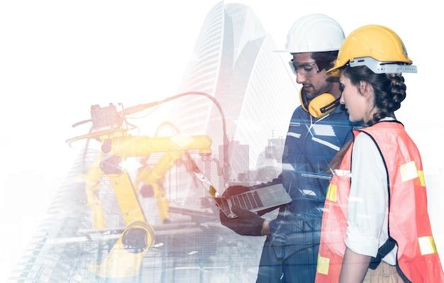 Braccio robotico industriale meccanizzato e doppia esposizione dell'operaio