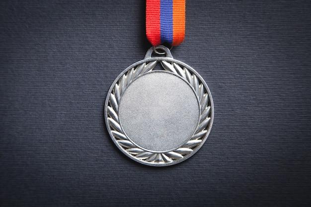 Premio medaglia per il vincitore sulla superficie nera.