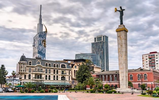 La statua di medea in piazza europa a batumi, georgia
