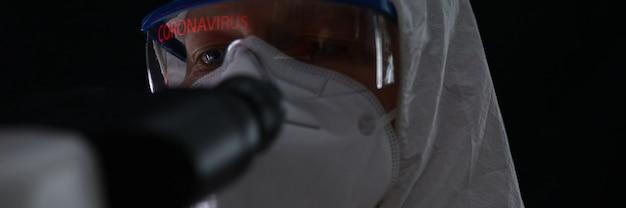Medico che lavora sulla cura in laboratorio