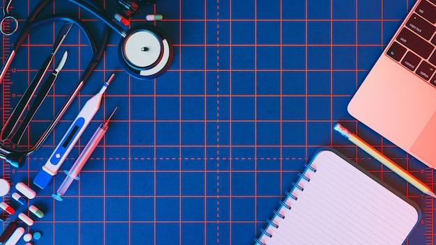 Accessori medici su uno sfondo blu con copia spazio intorno ai prodotti.