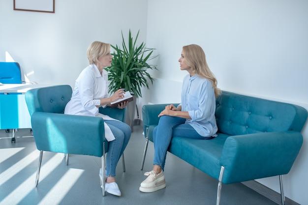 Visita medica. consultazione paziente femminile con medico femminile biondo maturo