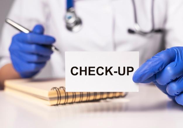 Check-up medico o controllo sanitario. iscrizione su carta nelle mani del medico.