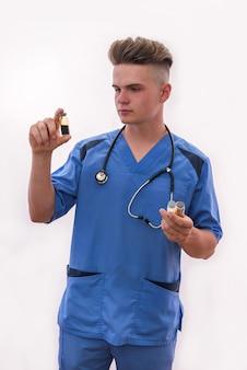 Concetto medico. medico con fiale in posa isolato su bianco.