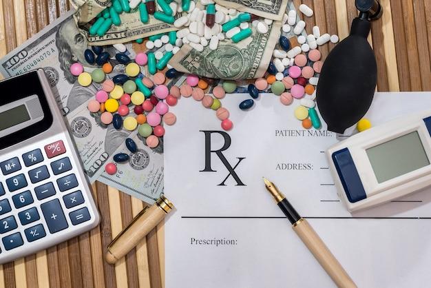 Concetto medico, pillole con prescrizione, tonometro e calcolatrice
