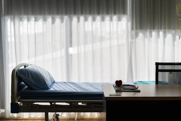 Concetto medico un cuore rosso sul letto del paziente in ospedale.