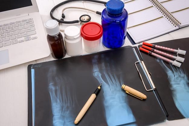 Concetto medico sul tavolo con pillole e stetoscopio