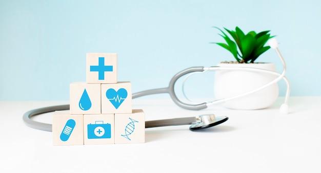 Concetto medico. cubi di legno