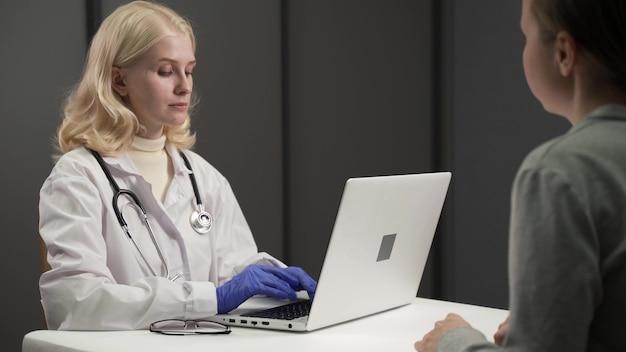 Concetti medici. il dottore stava mettendo in dubbio le condizioni del paziente in ospedale. risoluzione 4k.