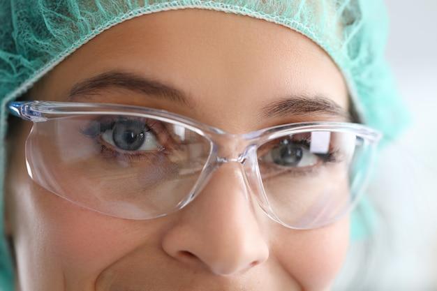 Il medico in occhiali di protine guarda il ritratto del viso della fotocamera. concetto di educazione medica