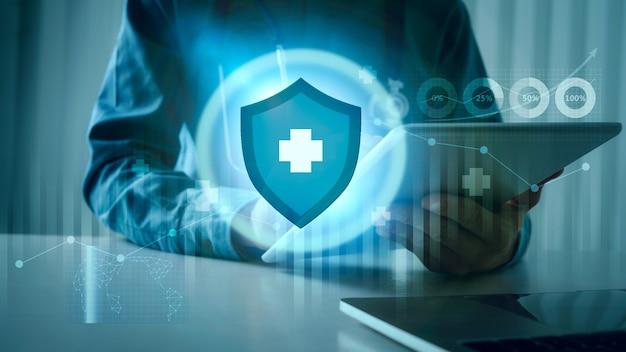 Medico che utilizza tablet con sistema immunitario futuristico design ai per la sicurezza da virus pericolosi e batteri, scudo di immunità.
