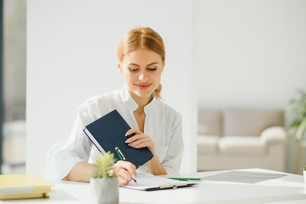 Donna del medico in ufficio