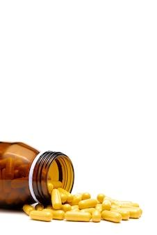 Pillola di droga medica e bottiglia di vetro su sfondo bianco