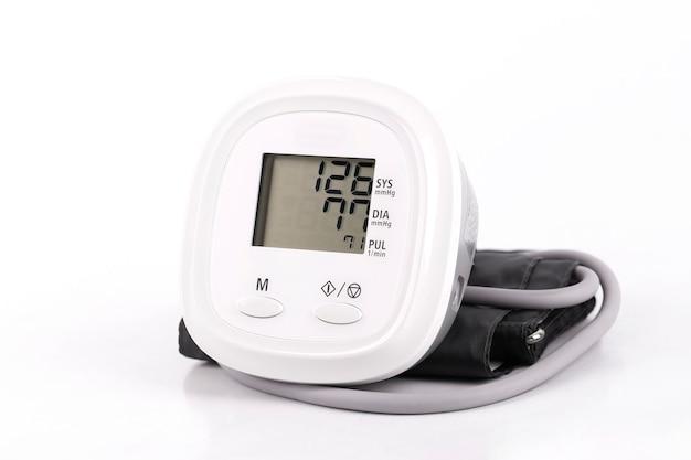 Dispositivo elettronico medico digitale per la pressione sanguigna su sfondo bianco