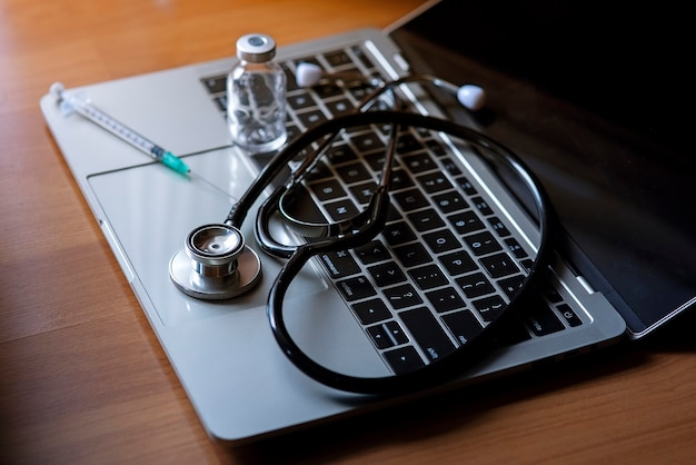 Strumento per esami medici posizionato su un computer notebook