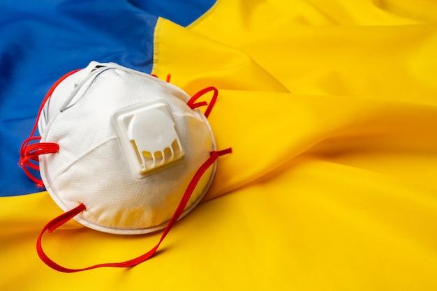 Maschere mediche sulla bandiera dell'ucraina