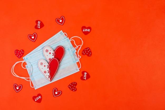 Maschere mediche con cuori rossi su sfondo rosso. sicuro concetto di san valentino