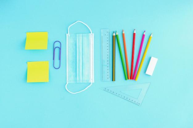 Visiera medica e matite colorate, graffette e adesivi